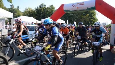 Emotie si adrenalina pentru 261 de sportivi care au luat azi startul la Maratonul Olteniei sustinut de CEZ Romania, eveniment devenit traditie pentru iubitorii de sport