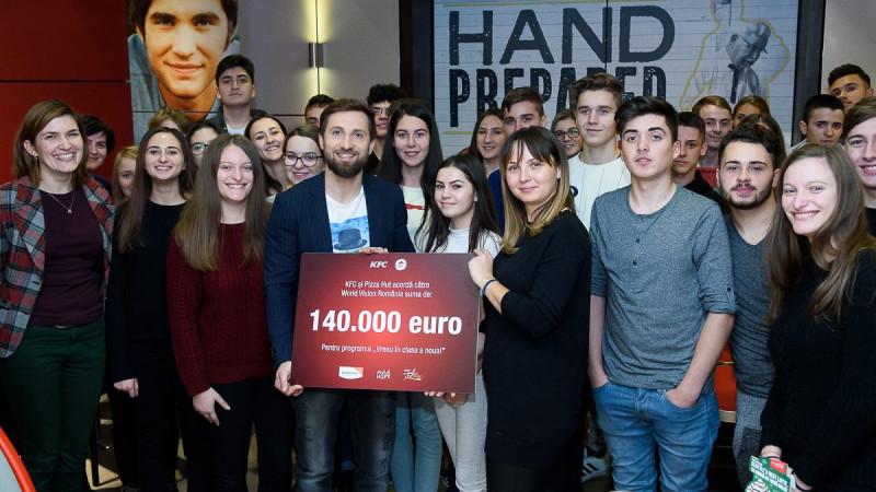 """La al 10-lea an de parteneriat cu World Vision România, KFC și Pizza Hut vor dona suma record de 140.000 de euro pentru programul """"Vreau în clasa a noua"""""""