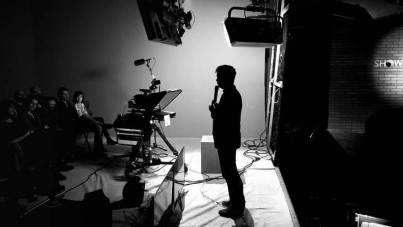[Stand up, comedie!] Toma Alexandru: Singurul mod valid de a te imbunatati e sa ai spectacole live; in detrimentul publicului platitor, uneori