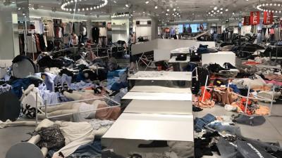 Urmarea hanoracului rasist de la H&M: magazine distruse de protestatari