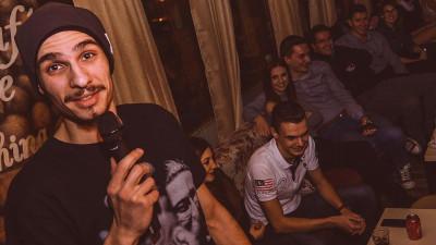 """[Stand up, comedie!] Un pic de sinceritate in stand-up, cu Bogdan Zloteanu: """"Uneori, abuzez de injuraturi si glume porcoase, doar ca sa primesc aplauzele alea"""""""