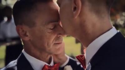 O reclamă cât se poate de reală cu căsătorii între oameni de același sex