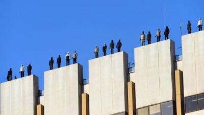 84 de bărbați pe un acoperiș