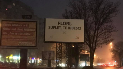 Flori, norocoaso, te iubeste!