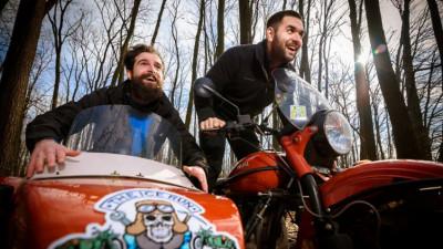 Alex și Vlad se dau cu atașul prin Siberia. E un concurs, dar nu contează cine câștigă
