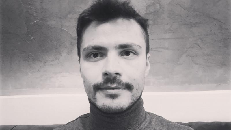 """Iulian Bărbulescu și magazinul cu povești. """"Cel mai important lucru pe care l-am descoperit în 10 ani de publicitate a fost greșeala de a mă defini drept copywriter"""""""