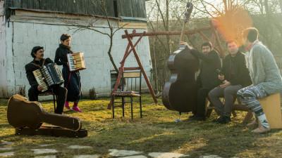 Intreg satul Ceuas munceste campul in Slovenia pentru a se intretine. Iar la vara, au festivalul lor