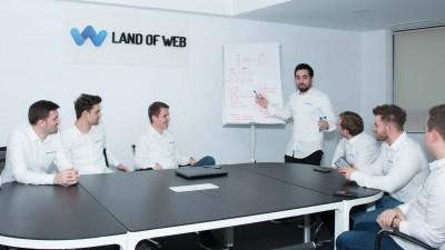 Land of web, despre întregul proces de cazare la hotel doar prin aplicație, inclusiv deschiderea camerei. Nici cu personalul de la recepție nu e necesară întâlnirea