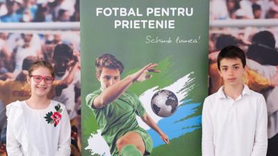 """Doi copii din România participă la programul internațional """"Fotbal pentru Prietenie"""""""