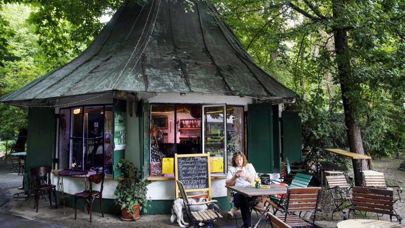 Povestea buticului din Cișmigiu. De la începutul secolului trecut, când era casă pentru porumbei, la Zona Liberă de joacă pentru oameni mari și mici