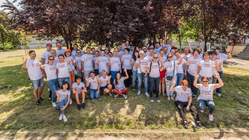 """KFC a organizat """"Ziua Curățeniei"""" în satul SOS din București și a donat peste 37.000 de euro ca parte a campaniei """"Bucket de bine"""""""
