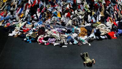 Nu, iubito, hainele alea de pe scaun nu sunt de spălat. Sunt de șpreiat