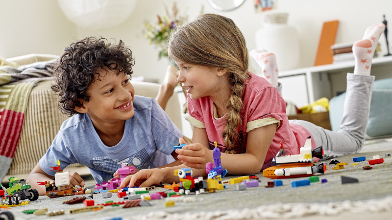Un studiu realizat de Grupul LEGO® arată că familiile care se joacă mai mult sunt mai fericite