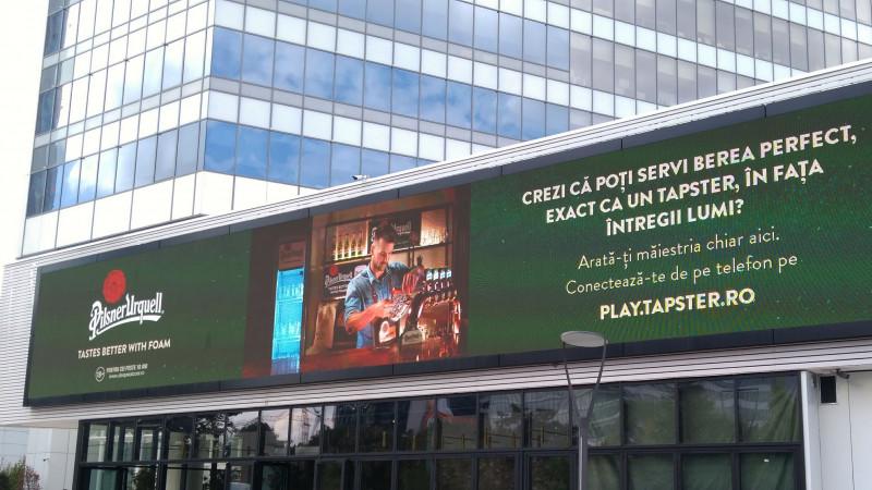 Inovație Pilsner Urquell: învață cum să torni berea perfect, de pe telefonul tău mobil, în direct, pe un panou outdoor interactiv