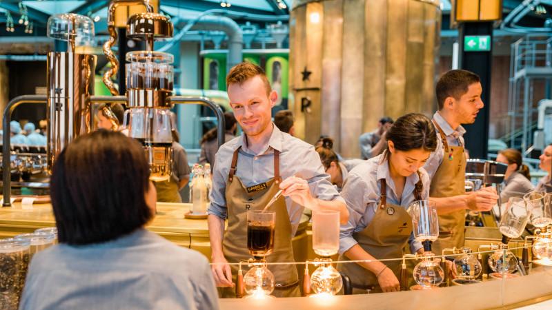 Starbucks deschide prima cafenea din Milano, un omagiu adus culturii locale a espresso-ului