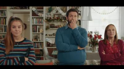 O reclamă despre oameni care se uită la altă reclamă