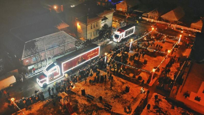 Moșu' se întoarce în atelier: Caravana Coca-Cola transformă Crăciunelul de Sus și Crăciunelul de Jos în satul lui Moș Crăciun