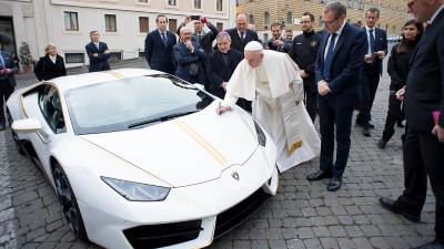 Papa doneaza Lamborghini, Patriarhul Daniel isi face cruce