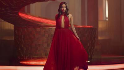 """Campari lansează scurtmetrajul """"ENTERING RED"""", regizat de Matteo Garrone, cu Ana de Armas în rol principal"""