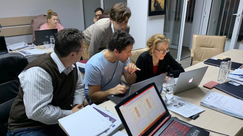 Un investitor, un antreprenor tech, un inovator social și un manager de produs intră într-o cameră. Te alături lor?
