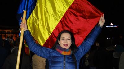 """[Hai cu votul] Ana Barton și o pancartă din Piața Victoriei: """"Golan vechi, fără copii, sunt aici pentru ai voștri"""""""