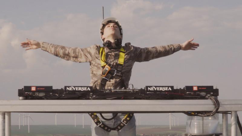 EXPERIENTA in premiera la nivel mondial: Primul DJ care mixeaza de pe o turbina eoliana, la 100 metri inaltime