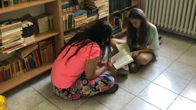 Copiii și seniorii de la Centrul Generații au acum 3 biblioteci datorită campaniei Daruiește o lume de basm