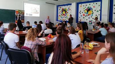 """PENNY Market extinde parteneriatul cu World Vision și oferă 100 de burse și stagii elevilor din mediul rural în cadrul programului """"Vreau în clasa a 9-a"""""""