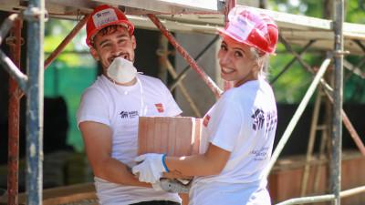 Teambuilding pe șantier: Angajații PENNY Market, voluntari pe șantierul Habitat for Humanity din Buftea