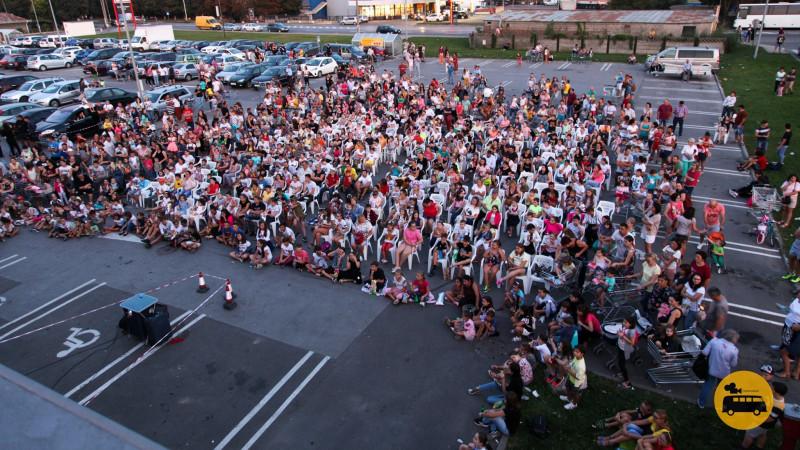 Cinema în aer liber toată luna septembrie: Caravana Cinemobilul își continuă drumurile prin țară