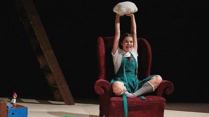 [Act & play] Cristina Juncu: Suntem o generație care se judecă foarte, foarte mult