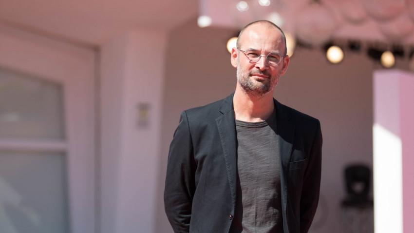 """Alexander Nanau, regizorul """"colectiv"""": Cea mai dificila a fost partea emotionala, constientizarea gradului de inumanitate care exista in politic si in sistemul medical"""