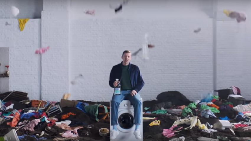 Cum transmiti un mesaj in mod dramatic: Iei un influencer si il pui cu fundul pe masina de spalat
