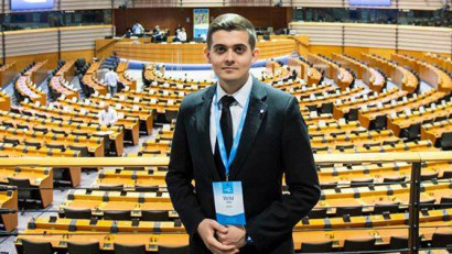 Tânăr român invitat de Stella Kyriakides să ofere cuvântul de deschidere în evenimentul de lansare a Planului european de combatere a cancerului, în hemiciclul Parlamentului European
