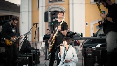[Single de Romania] Marieta Manolache, Blue Velvet: Cred ca oamenii s-au saturat de aceasta spoială, de aceasta perfectiune de pe retelele sociale
