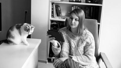 Veronica Zubcu și cum te ajută lectura în izolare: Cărțile te poartă în călătorii pe care acum nu ai cum să le faci, te ajută să râzi, să plângi dacă ai nevoie