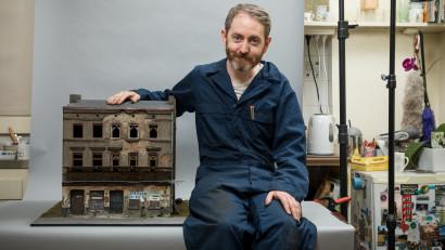 Joshua Smith, miniaturist australian: Artiștii mereu vor crea, dar noi continuăm să existăm când oamenii ne cumpără lucrările