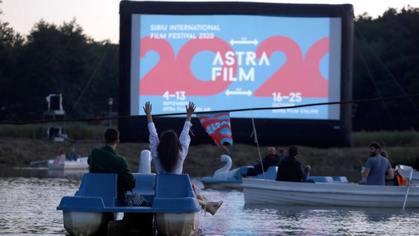 Premieră pentru lumea cinematografică din România. Vizionare de filme din bărci care plutesc pe lac la Astra Film Festival din Sibiu