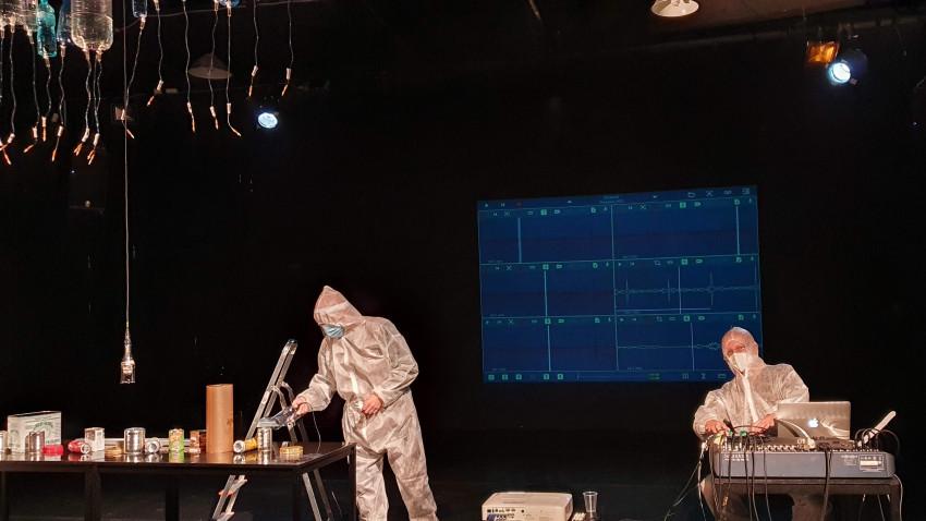 Ploaie fără nori - un performance colaborativ între Cătălin Crețu și Iosif Király, realizat în cadrul proiectului Mixed territories (WASP Studios)