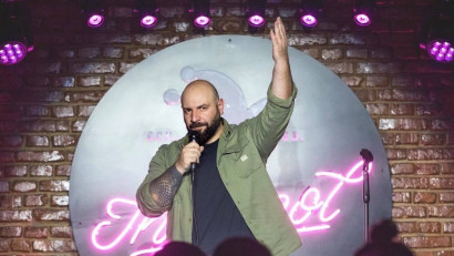 [Stand-up pe bune] Toni Andrei: Îți dai seama că tot ce se întâmplă în jurul tău are potențial și încerci tot timpul să găsești gluma și să o scoți la suprafață