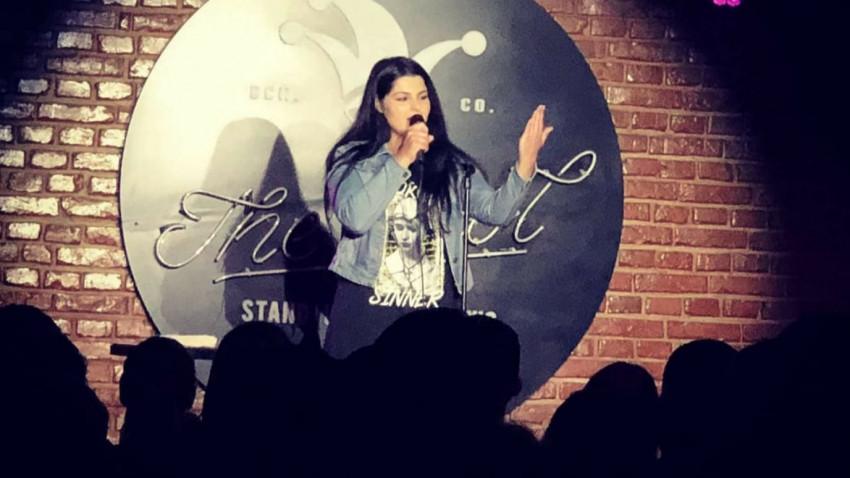 """[Stand-up pe bune] Ioana State: Drumul meu în stand-up a început pe Facebook. Am început să postez pe """"perete"""" idei, concluzii și orice-mi trecea prin minte"""
