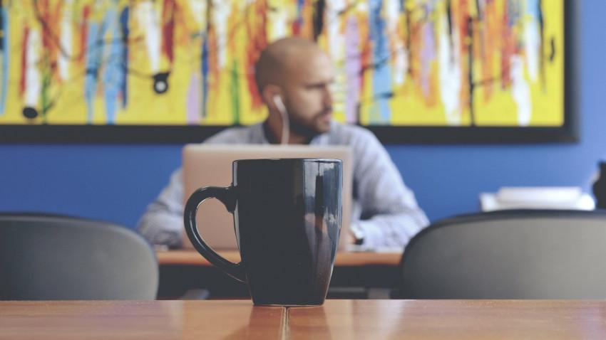 BestJobs: 3 angajați din 5 își doresc să continue să lucreze într-un sistem hibrid și să îmbine activitatea de la distanță cu prezența la birou