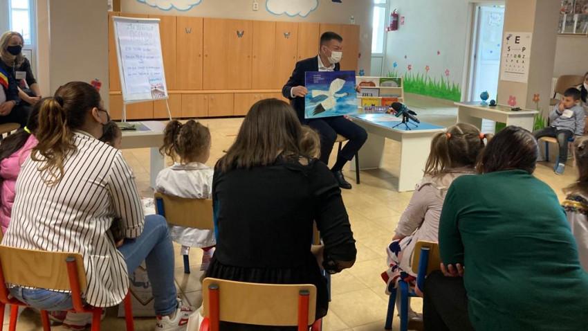 Ministrul Culturii susține importanța educației timpurii și citește copiilor din grădinițe din Suceava, în cadrul programului național Citește-mi 100 de povești! al Asociației OvidiuRo