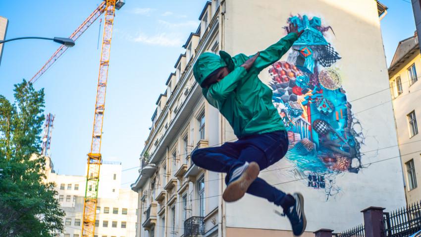 Art for Air. Un mural realizat de Obie Platon în cadrul RDW, powered by IQOS, pentru un viitor mai bun împreună