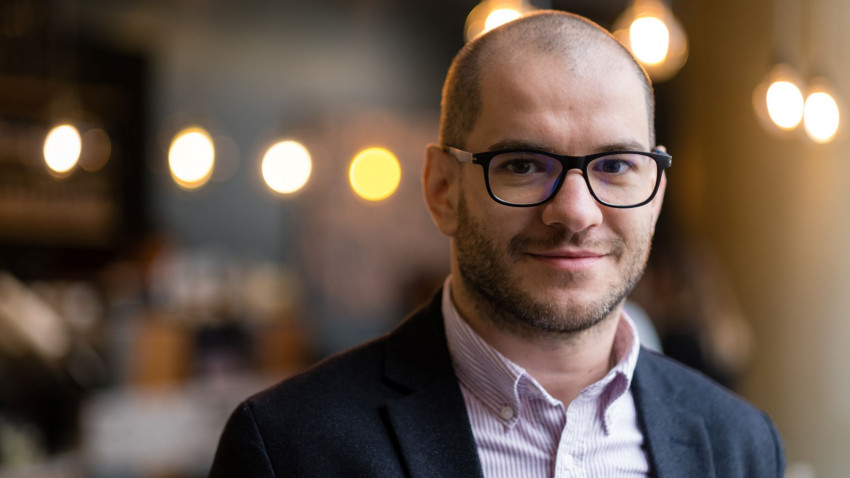 [Profesori altfel] Alexandru Dincovici: Învățământul ar trebui să creeze oameni. Nu lucrători comerciali. Nu angajați la corporație. Oameni, funcționali în (orice) societate și mai ales în orice comunitate