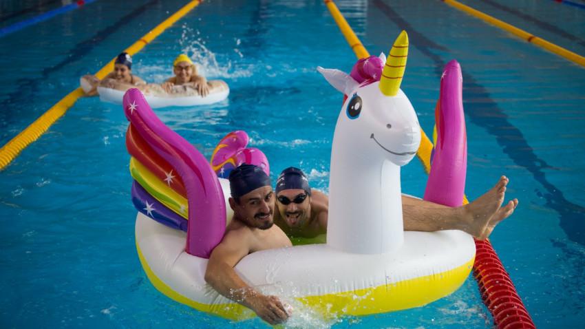 În weekend-ul Swimathon București, 806 oameni înoată și strâng bani pentru 25 de proiecte