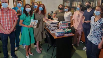 """Copiii internați la Spitalul """"Grigore Alexandrescu"""" din București au primit o donație mare de cărți în campania """"Dăruiește o lume de basm"""""""
