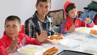 35 000 de mese calde oferite de OMV Petrom copiilor defavorizați din centrele E.G.A.L ale Crucii Roșie Române