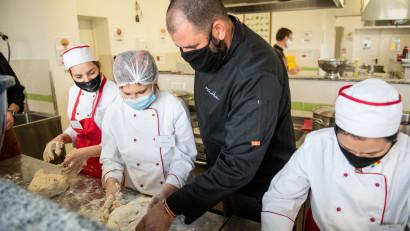 Solidar Social, programul umanitar adaptat pandemiei al Asociaţiei Adi Hădean, a donat peste 300.000 de porţii, până în prezent, și a ținut activi profesioniști din HoReCa, un domeniu greu încercat