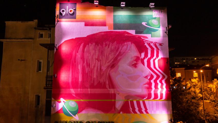 glo™ Rebels with a Cause continuă cu al patrulea mural: Singur cu tine